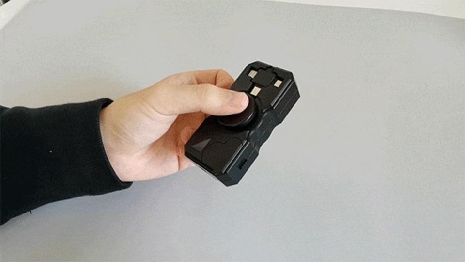 ハンドスピナーみたいに回して充電するモバイルバッテリー。LEDライトと電熱ライター搭載でアウトドアに便利