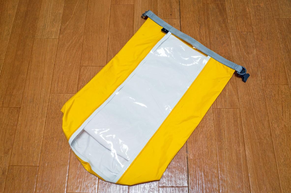 「中身の見える防水バッグ」でかさばるアウトドアウェアを半分サイズで持ち運んでます|マイ定番スタイル