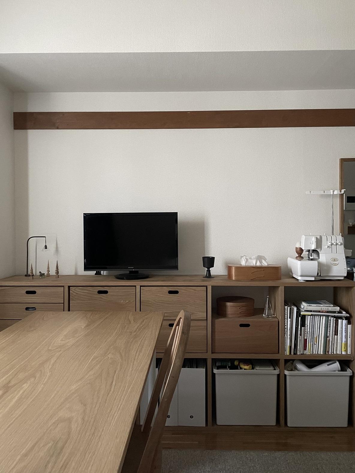 ごちゃつきがちな棚のディスプレイは、「色味」と「配置」が統一感を出すポイントでした|わたしの部屋