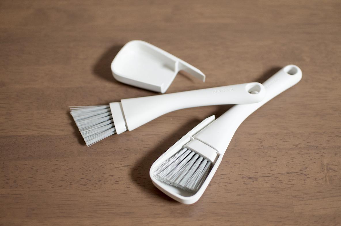 マーナのサッシブラシを2本持ちしておくと、家の細部まで徹底的に掃除できるんです|マイ定番スタイル