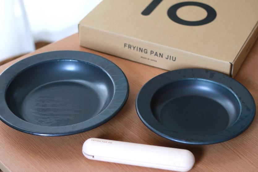 このお皿、実は「鉄フライパン」。食卓に並べても適当感ゼロでありがたいのだ|マイ定番スタイル