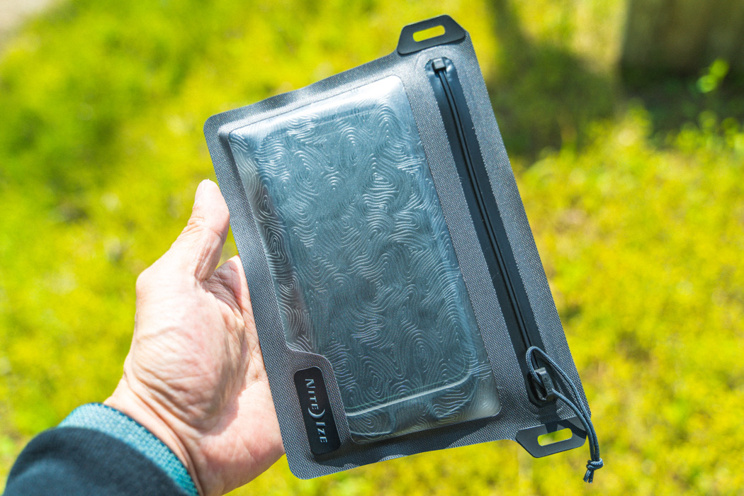 スマホを入れたまま操作可能な防水バッグ。止水ジッパーよりもガッチリ水の侵入を防いでくれます|マイ定番スタイル
