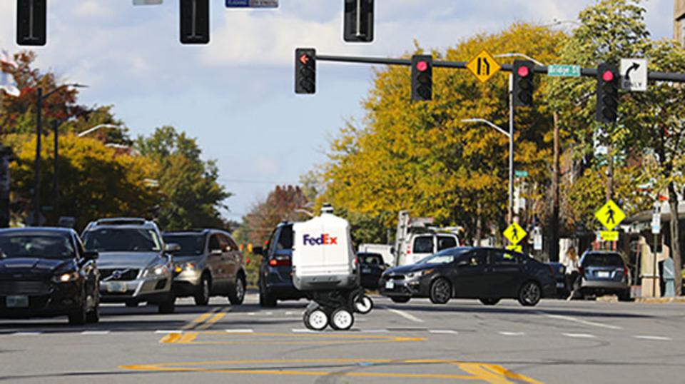 立ち上がる電動車椅子がベース。FedExの6輪配達ロボ「Roxo」はラスト3~6マイルを走る