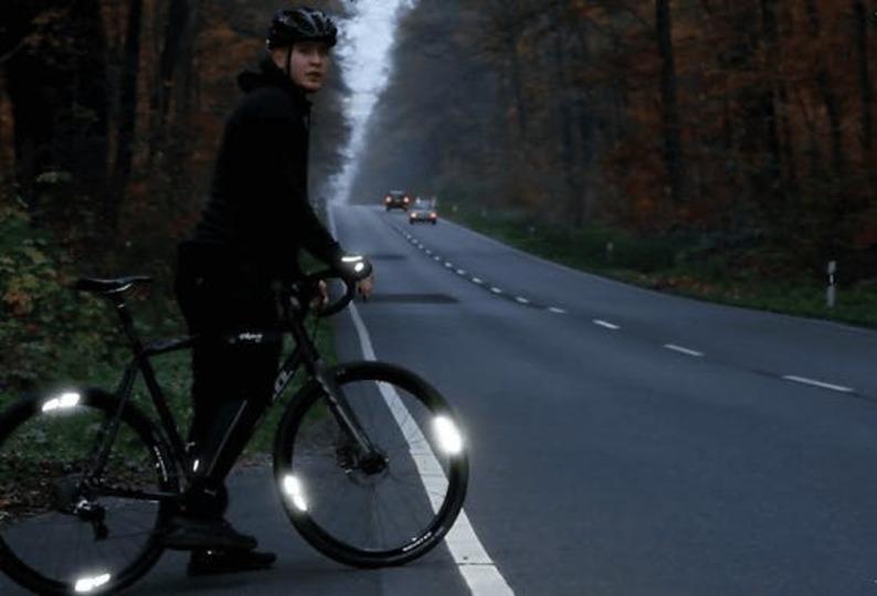 貼るだけで暗闇で光る自転車リフレクターを使って夜間走行してみた