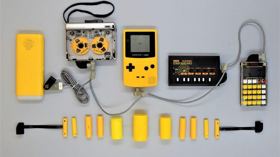 モバイルバッテリーでゲームボーイが遊べる! 乾電池駆動の古いガジェットむけスマート電池「ReVolt」