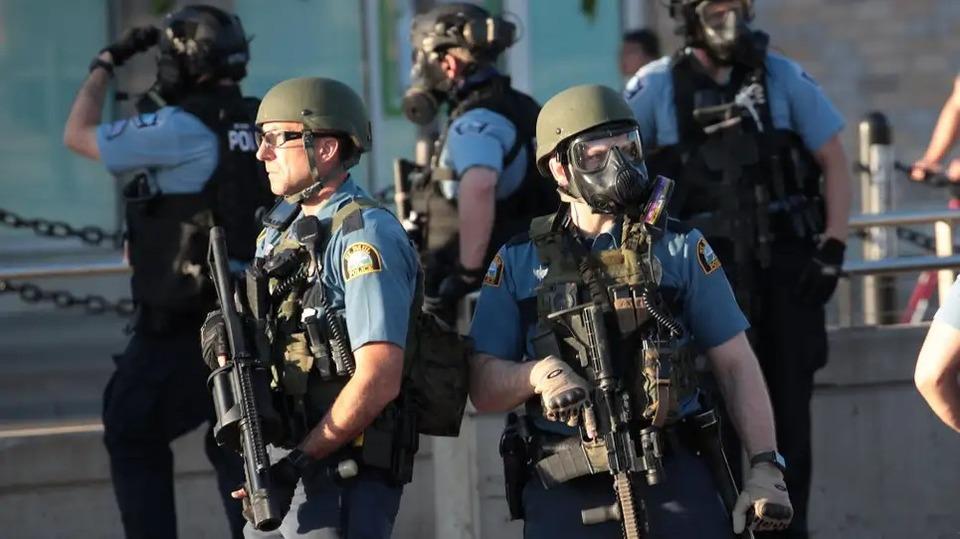 アメリカの警察ではハイテクな投げ縄の使用が広まっている