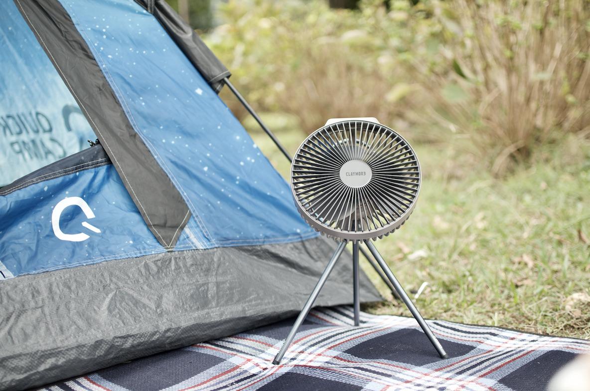 脚を取り外せる「CLAYMORE FAN V600」。カラビナに付けて使うことで夏キャンプの不快感が軽減する マイ定番スタイル