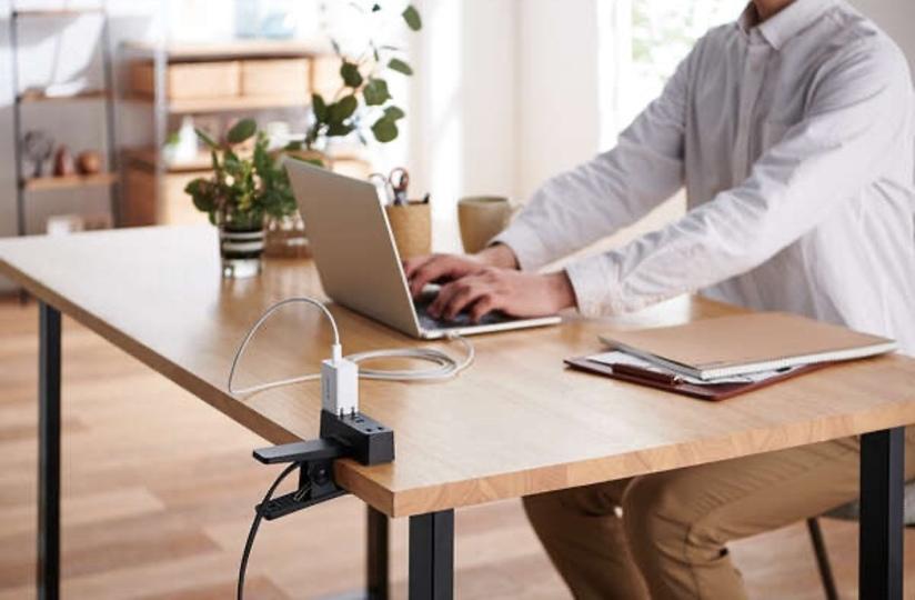 机に「挟める」クリップ式電源タップ。移動しつつのPCワークで最適解では?
