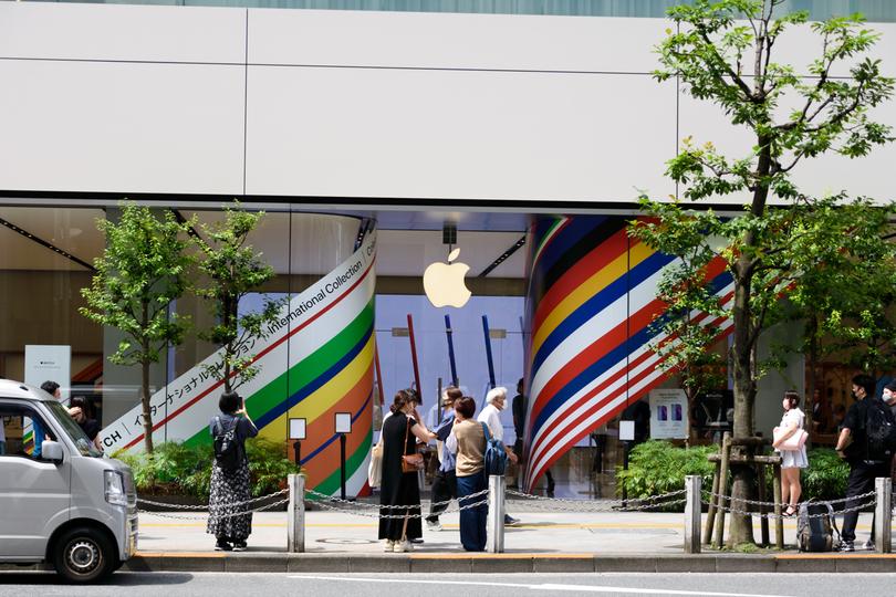 おや? アップルストア新宿の様子が国際色豊かになってるぞ!