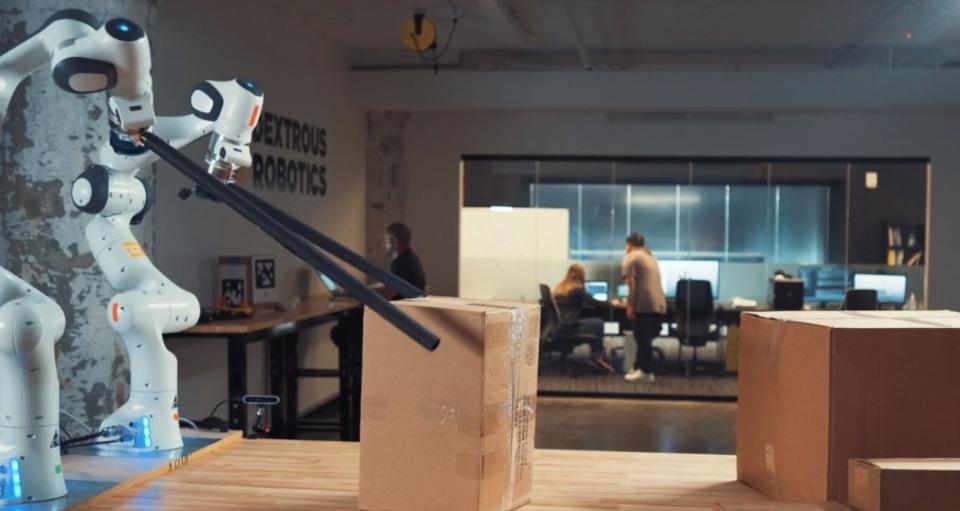ロボットアームはもう古い。これからはロボットお箸が荷物を積み下ろすよ!